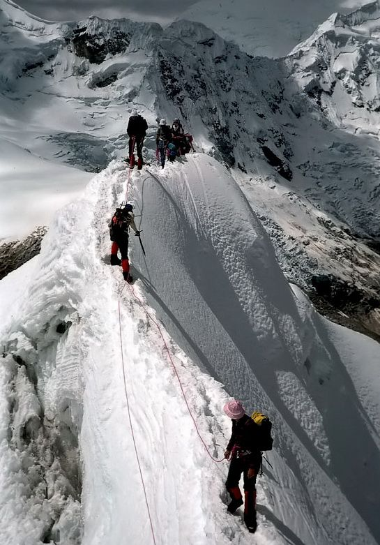 Climbing on a steepy ridge, Cordillera Blanca, Peru (by bibs69). | Randonnée et plein-air