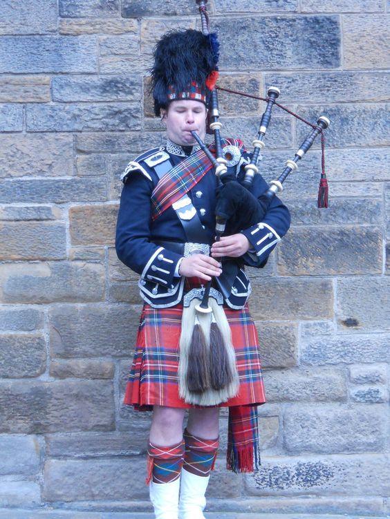 Bag piper on the streets of Edinburgh