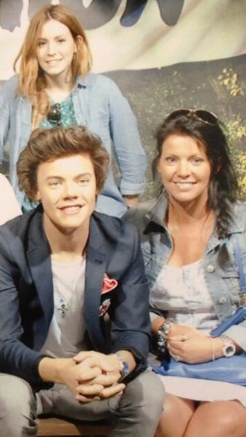 Harry's mom and sister visiting his wax figure