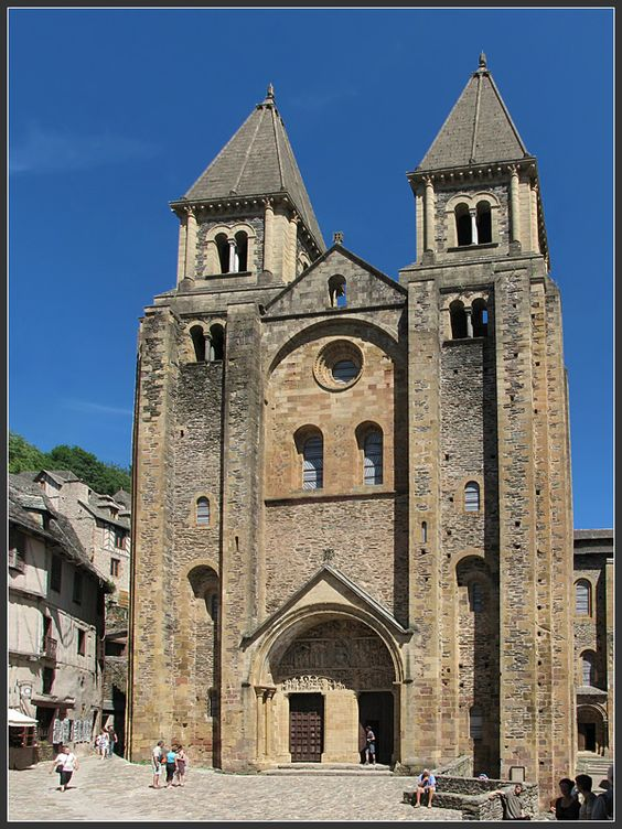 Eglise sainte foy de conques vue de la fa ade for Architecture eglise