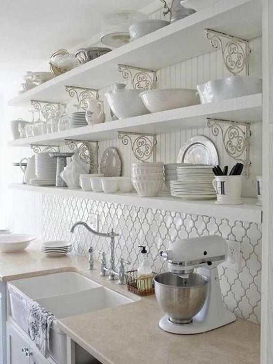 moderne küchengestaltung weiß hochglanz regale fliesenspiegel ...