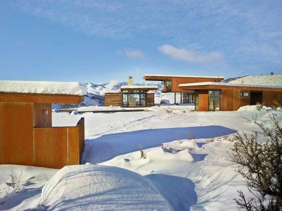 Belle maison bois contemporaine isolée dans les montagnes de Washington, Vue d'ensemble bâtiments - Studhorse par Olson Kundig - Washington, Etats-Unis #construiretendance