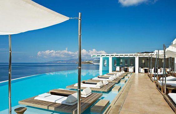 + Arquitetura :     Bom dia!!  Já imaginou acordar com uma vista dessas?  Pois é, conheça o hotel Cavo Tagoo, que foi redesenhado por Paris Liakos e esta localizado numa ilha de Mykonos (Grécia).