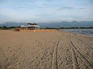 Burundi Buyumbura posee famosas playas a lo largo de la costa del lago Tanganica, cuyo nombre oficial es la Playa de los Cocos. La playa ha sido parcelada y privatizada lo cual ha resultado en que cada dueño haya bautizado su sector de la playa con un nombre distinto. Sobresalen la Playa Saga y la Playa Karera por la popularidad de su hoteles y vida nocturna.