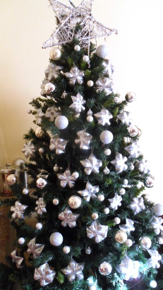 Upcycled partes inferiores de botellas de plástico en estrellas de la decoración del árbol de Navidad Accesorios de plástico reciclado