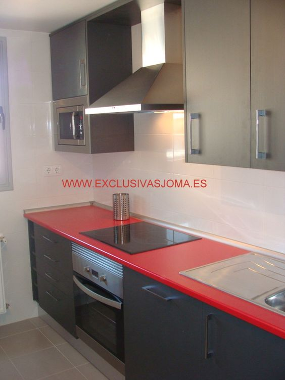 Muebles de cocina Ecoluxe en color gris oscuro y encimera en rojo