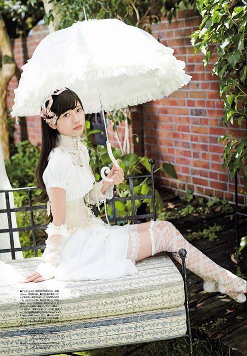 白い傘をさしているロリータ風の衣装を着ている寺田蘭世の画像