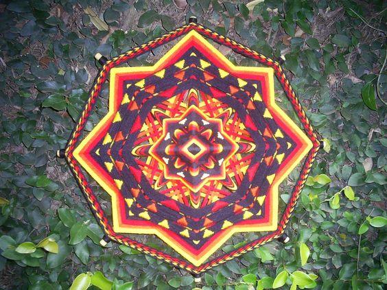 Mandala 8 pontas, 50 centímetros. <br> <br>As cores quentes de espectro; Vermelho, Amarelo e laranja: <br> <br>Vermelho - Chakra básico: <br> <br>O vermelho representa o fogo, a saúde, a valentia, as paixões, a sexualidade, a ação, a conquista, o movimento, a irritação, a violência, o abuso do poder, a ira. É uma cor necessária para o movimento e a atividade vital. <br>É o elemento do fogo. <br>Estimula e excita os nervos e o sangue. <br>Estimula os nervos sensoriais, por isso é benéfico…