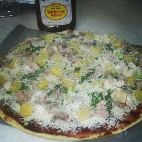 BBQ turkey pizza...perfect for your leftover Thanksgiving turkey ...