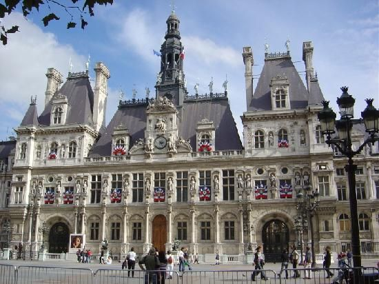 A Screen Is Set Up Outside Hotel De Ville Paris Find More Best Places To Watch The World Cup In France Pinit VFIscTA