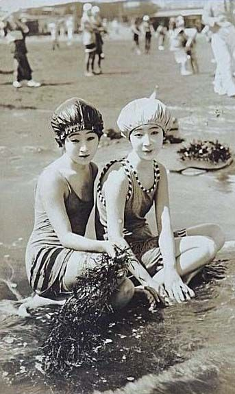 Moga at the beach, 1920s Japan Modern girls ( modan gaaru?) were Japanese women who followed Westernized fashions and lifestyles in the 1920s. These moga were Japan's equivalent of America's flappers, India's kallege ladki, Germany's neue Frauen, France's garçonnes, or China's modeng xiaojie.