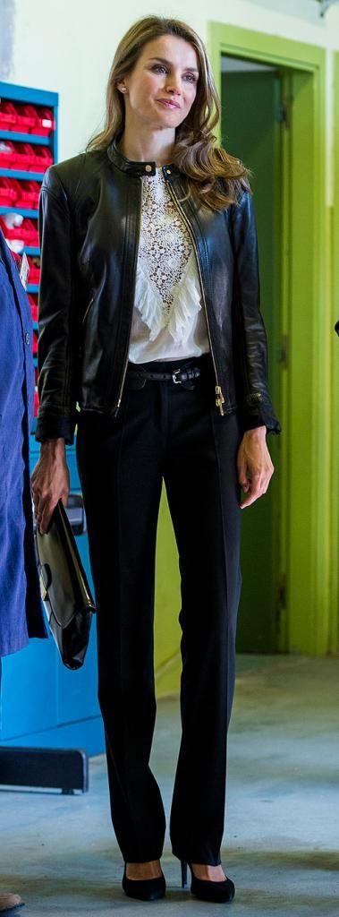 LETIZIA ORTIZ  Con unos pantalones de vestir negros conjuntados con una delicada blusa color crema con encaje al frente y chamarra de cuero ...