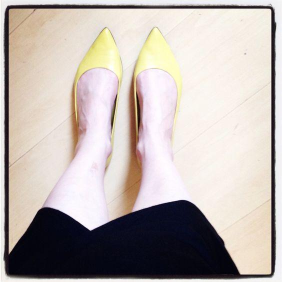 Saia assimétrica com sapatilha de bico fino