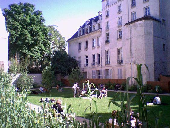 Le Jardin Francs-Bourgeois-Rosiers  En plein cœur de Paris, ce jardin est pourtant bien planqué… L'aménagement du quartier a astucieusement abouti à la réunification de plusieurs jardins privés d'hôtels particuliers pour former ce petit havre de paix. Pour accéder à ce coin de verdure unique, il faut passer par la cour de la Maison de l'Europe. Petite précision pour les lève tôts, le jardin Francs-Bourgeois-Rosiers n'est pas ouvert le matin (ouverture à 14h).  Côté Pratique : 35-37 rue des…