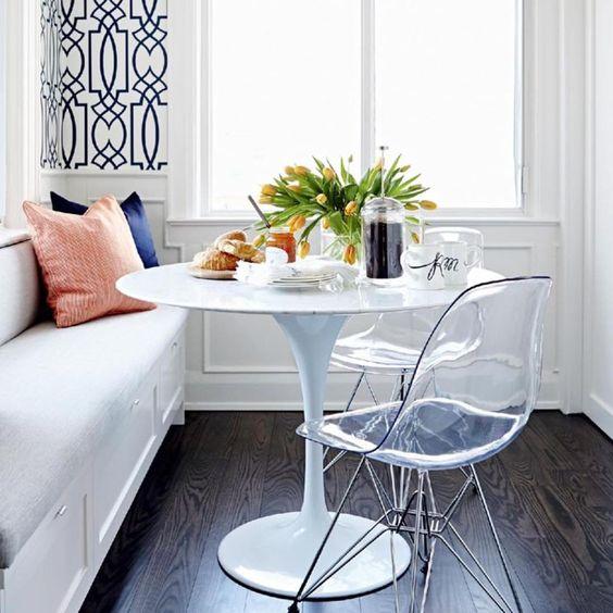 """""""Só um cantinho charmoso...  {com destaque para o papel de parede utilizado entre as esquadrias e o contraste criado entre o piso e o mobiliário}"""""""