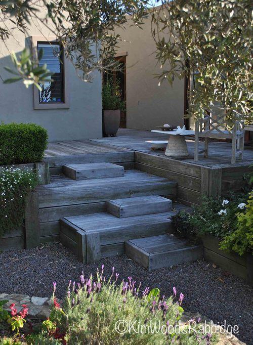 Ein Marokkanisch Inspirierter Garten An Der Sunshine Coast Wie Er Von Kim Woods Rabbidge In Our Australian Gardens In 2020 Garden Stairs Australian Garden Deck Garden