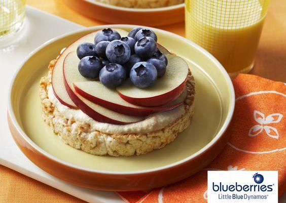 Pasteles de arroz con #Blueberries  1/2 taza de queso cottage o ricotta2 cucharitas de mermelada de albaricoque. 4 pasteles de arroz crujientes de sabor a manzana con canela 1 taza de fruta finamente rebanada (como manzana, pera, plátano o durazno) 1 taza de blueberries frescas  En un plato hondo pequeño combinar, batiendo el queso con la mermelada. Con una cuchara untar cada pastel de arroz con la combinación de queso y mermelada en partes iguales y colocar la fruta por encima.