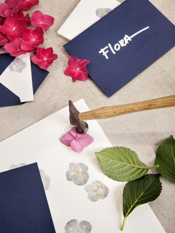 DIY: Blütendruck mit dem Hammer  #DIY #Blumen #Blütendruck #Kreativ #Deko