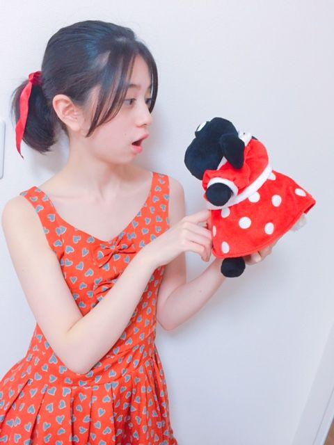 赤いワンピースの桜田ひより