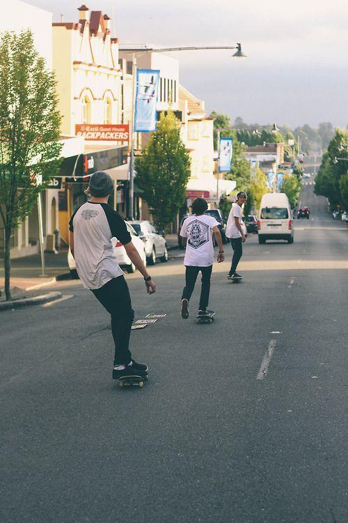 3人でスケートボード