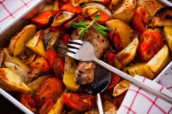 Chicken with garlic and tomates oven backed