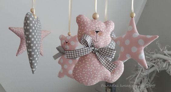 Süsses Mobile mit zwei kleinen Bären, zwei Sternen und zwei Herzen aus farblich aufeinander abgestimmten Baumwollstoffen.  Die Anhänger habe ich mit Satinband mit Schleifen an das Mobilkreuz...