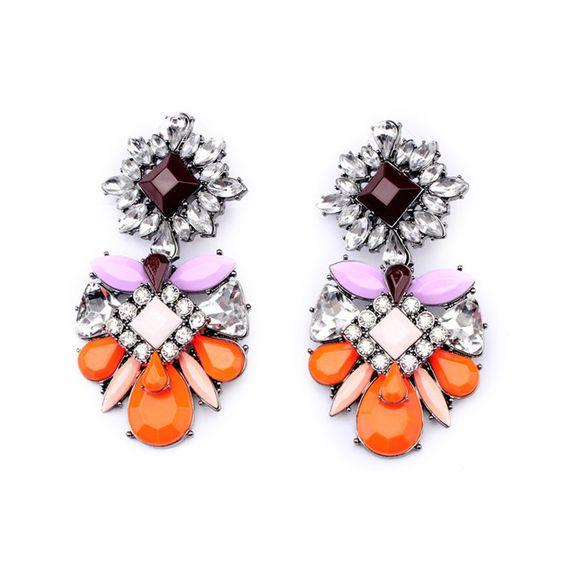 Diese schönen Chandelier Ohrringe INKA sind ein toller Blickfang für jedes Outfit und auf jeder Veranstaltung. Exotisch und elegant, sie wurden kreiert, damit Sie glänzen können. Diese verzierten...