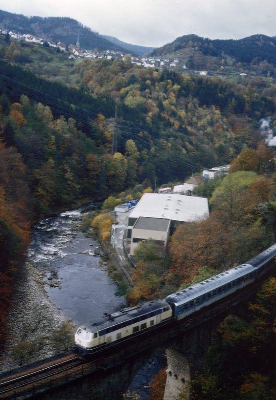 1997 Weisenbach - Die Murg mit Eisenbahnbrücke (Foto: Rolf Zims - Panoramio) ☺