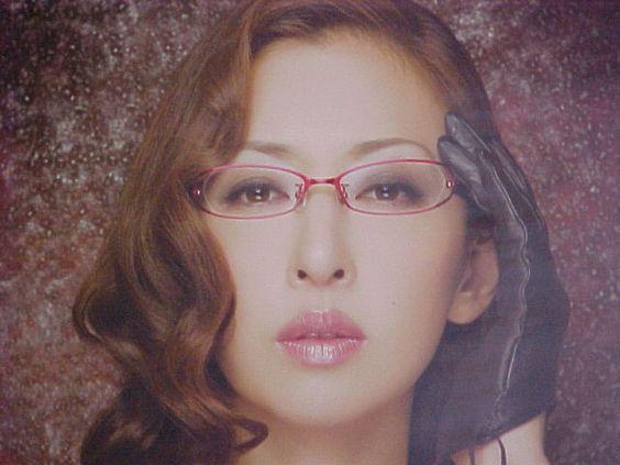 眼鏡をかけている松雪泰子