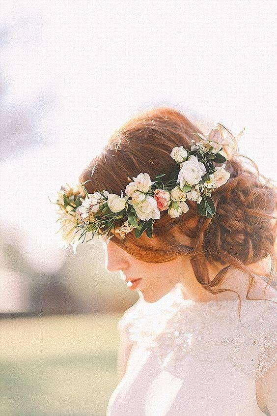 Penteado para noivas com coroa de flores.