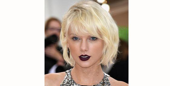 Taylor Swift optou por um vinho bem escuro. Como os lábios estavam em destaque, o resto do make era bem natural: