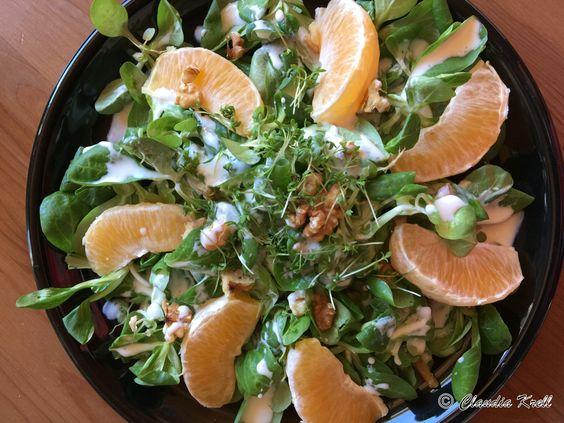 Ein bißchen Sommer mit Orangen und schon ganz viel Herbst mit Feldsalat und Walnüssen - das Rezept findest du hier: http://einfachvegetarischessen.com/feldsalat-mit-orangen-und-nuessen/