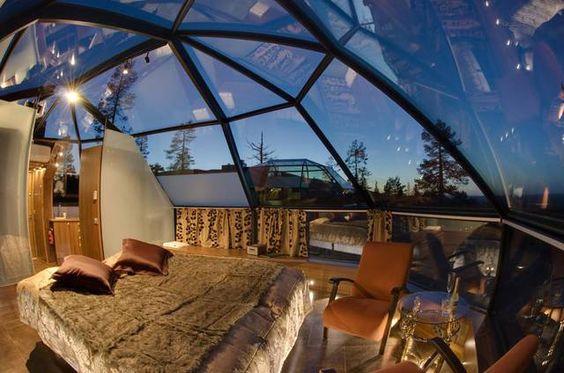 """Vedere le stelle sdraiato nel calore della tua tenda o bolla gonfiabile, ti immagini? Ora puoi farlo al Glass Igloo Hotel in Finlandia, un nuovo concetto di hotel in cui potrai goderti la natura in tutto il suo splendore. E se andrai...Non dimenticare di portare con te il tuo orologio """"costellazioni"""" a vivere la tua avventura intensamente! Te la sentiresti?"""