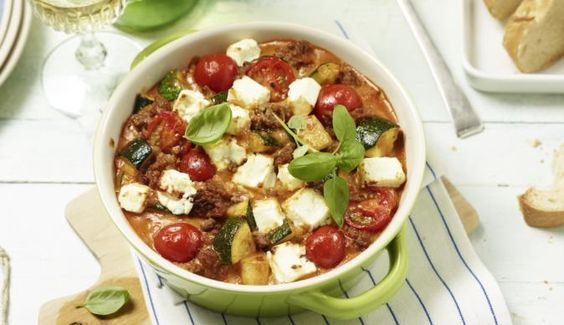 Für den leckeren Zucchini-Hack-Auflauf brauchst du neben Zucchini, noch saftige Tomaten, würziges Hackfleisch und cremigen Feta.