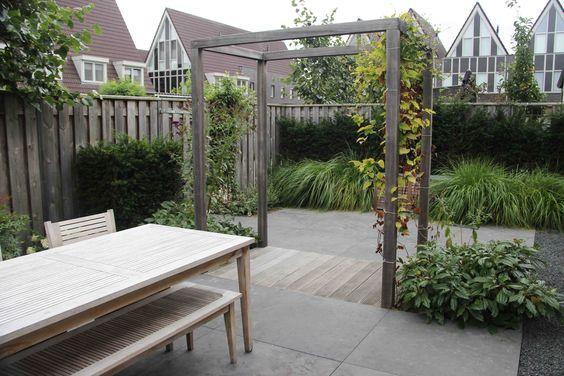 Kleine tuin met twee terrassen natuursteen basaltsplit en hardhouten vlonder pavement - Eigentijds pergola design ...