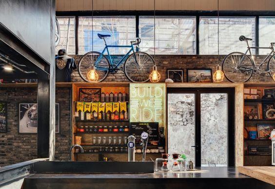 Compensato, mattoni a vista, pareti in cemento grezzo: i particolari industriali all'interno di Factory 5, a Shanghai, contribuiscono a creare uno spazio giovane e frizzante. Gli architetti di Line House hanno creato nicchie e scaffalature in cui esporre biciclette, pezzi di ricambio, abiti sportivi