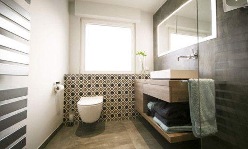 Seniorengerechtes Bad In Naturtonen Mit Bildern Dekorfliesen Badezimmer Dekor