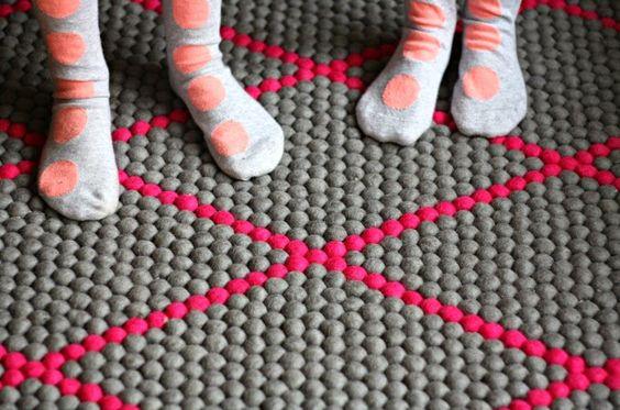 Pink kann immer gut in Kinderzimmer verwendet werden. Was denkt ihr? Wir sind mit diesem FilzKugeltTeppich und mit seinem Pink-Muster verliebt! Lass dich auf unsere Seite inspirieren! www.sukhi.de