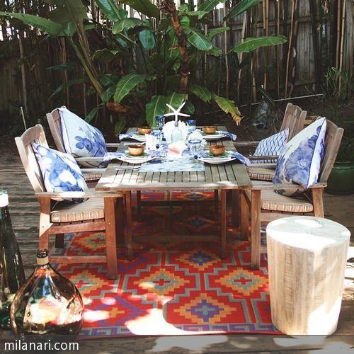 Outdoor Teppiche, wie dieser gemusterte im Ethno-Stil, verlegen den Wohnbereich nach draußen. Tipp: Toll sind Outdoor Teppiche nicht nur für große Terrassen, …