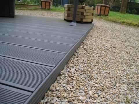 Comment Poser Une Terrasse Composite Sur Lambourdes Et Plots Terrasse Composite Terrasse Beton Bordure Terrasse