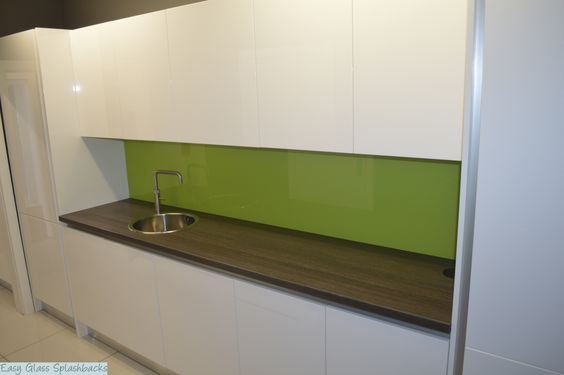 Lime Green coloured glass splashback in a White Kitchen with - küche wandpaneele glas