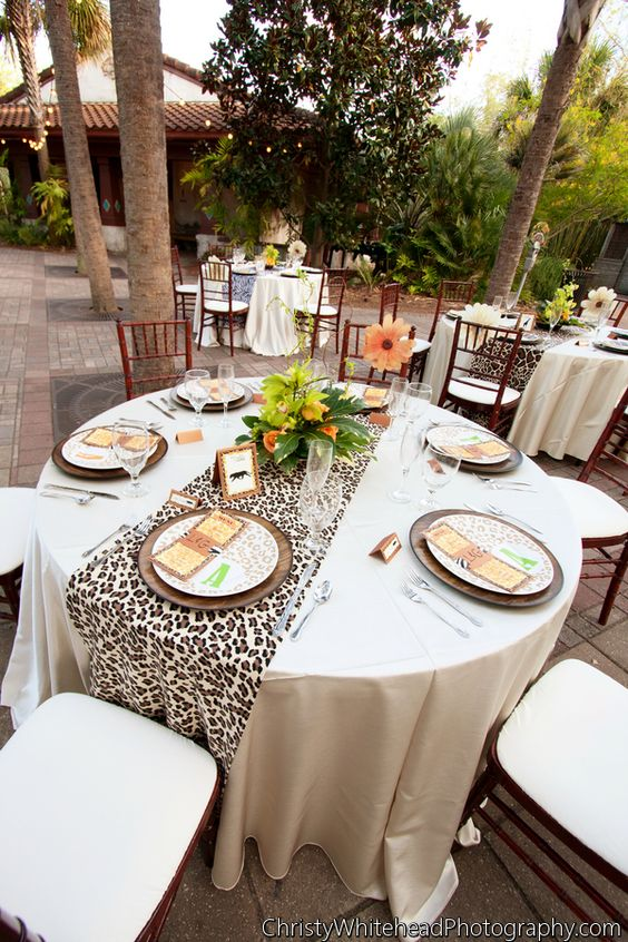 Wild in love wedding christy whitehead photography jacksonville zoo and gardens weddings - Deco table jungle ...