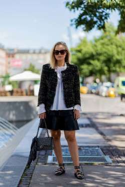 Un look básico de falda y blusa combinado con las bailarinas de la temporada…