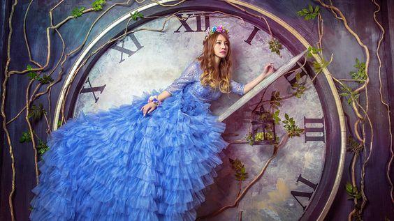 Creativas imágenes, azul vestido de niña, reloj grande Fondos de pantalla - 1920x1080 Full HD