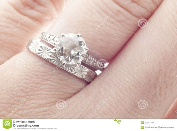 de-de-antieke-ring-en-band-van-de-diamanten-bruiloft-op-vinger-20343384.jpg (1300×966)