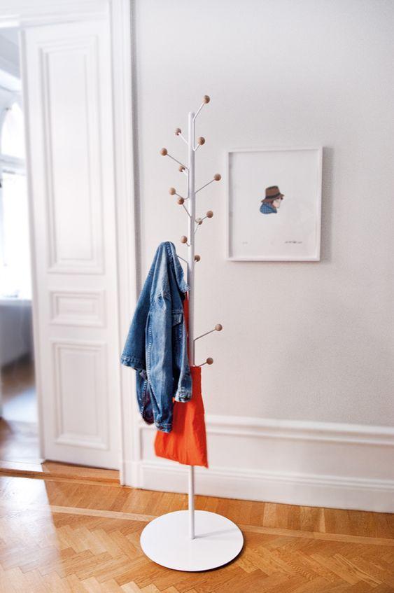 Bill Floor klädhängare, vit i gruppen Möbler / Förvaring / Klädhängare hos RUM21.se (111200)