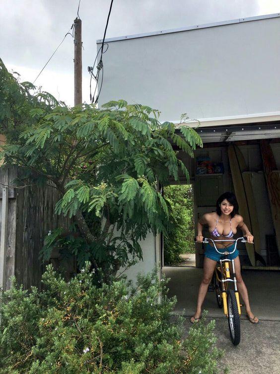 自転車で出発するわちみなみのエロ可愛い画像