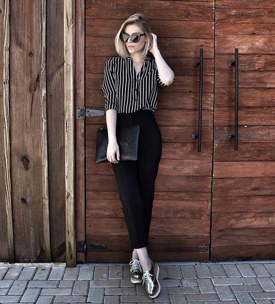 Camisa listrada, calça preta de alfaiataria, tênis flatform metalizado: