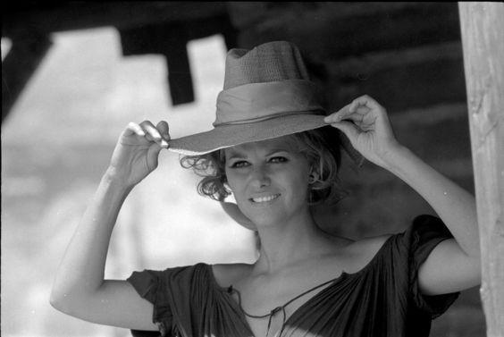 Claudia Cardinale sul set di C'era una volta il West, foto Angelo Novi, Coll. Cineteca di Bologna-Fondo Angelo Novi. #Sergio Leone