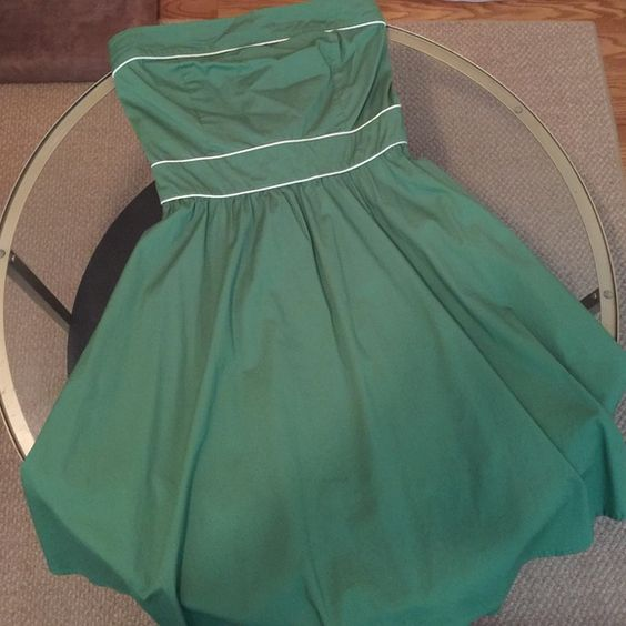 Strapless Kelly Green Dress Strapless Kelly Green Dress with white piping. From Forever 21. Size Large but runs more like a medium. Hits at the knee. This dress is super cute with a pair of wedges! Worn once and in good condition. Forever 21 Dresses Strapless